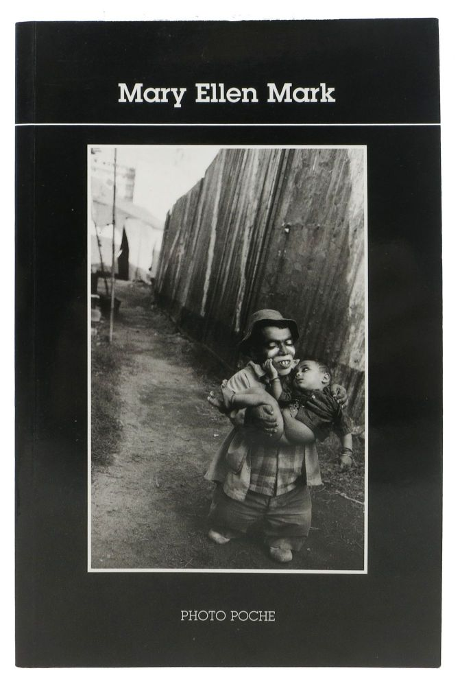 MARY ELLEN MARK. Introduction par Caroline Bénichou.; Collection Photo Poche 96. Caroline - Contributor. Mark Bénichou, Mary Ellen - Subject, 1940 - 2015.