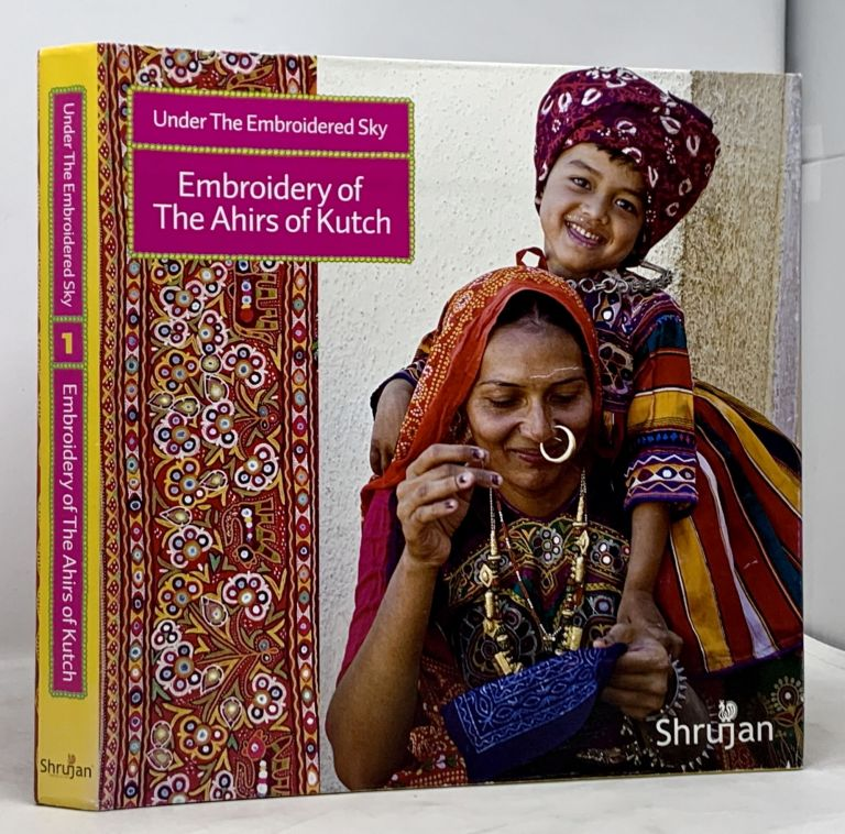 UNDER The EMBROIDERED SKY. Embroidery of The Ahirs of Kutch.; With a Foreword by Professor Anne Morrell. Feruzi - Text Anjirbag.